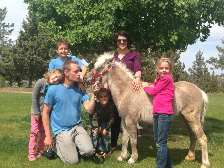 Shalom Mama horsey family.